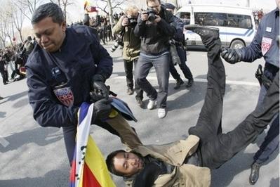 巴黎警方在奥运火炬传递现场逮捕了一名破坏分子