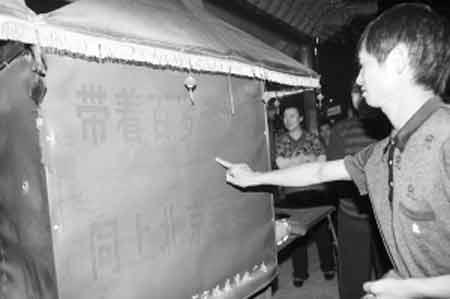 刘湘辉为奶奶特制了三轮车。