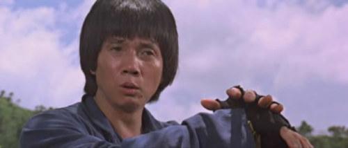 《疯猴》刘家良。外号功夫良的刘家良喜欢演戏由来已久,自己做导演后,情况更是严重,几乎每部戏都有他的演出。