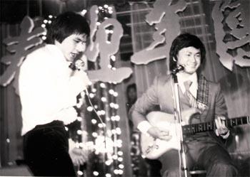 傅声和还留着头发的刘家辉。刘家辉酷好音乐,曾自组过乐队。