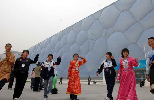 前来参观的学生们在水立方前面跳起了极具青藏高原特色的民族舞蹈——锅庄舞。