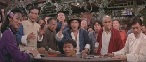 《疯猴》桌子里的是小侯,后面是惠英红、林辉煌、王清河、林克明、神仙、罗烈
