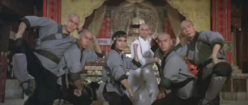 《龙虎少爷》右边第一个就是麦伟章,中间是刘家辉和傅声