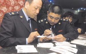 6日夜,税务稽查人员在花园路一家咖啡店内检查发票真伪,并发现部分假发票。 晚报记者 周甬 图