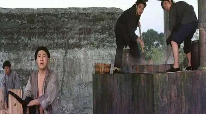 《三德和尚与舂米六》曾志伟饰演一个染布房工仔,那时年轻得很。