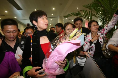 图文:前冠军为北京奥运会祈福 李婷被媒体簇拥