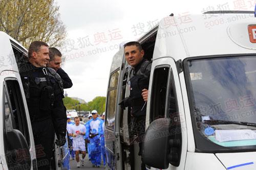 巴黎警察街头全副武装护卫圣火