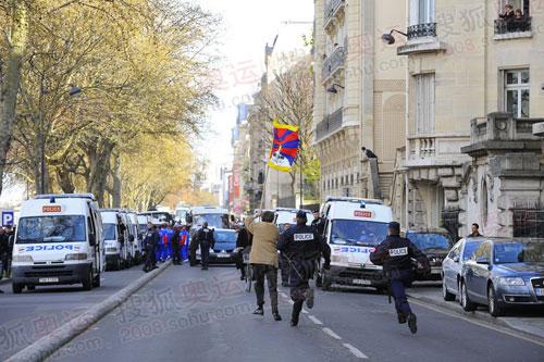 巴黎圣火护卫警察抓捕藏独份子全过程