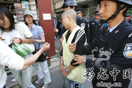 犯罪嫌疑人指认现场时,被烟店老板打了一记老拳 记者杨海冬/摄