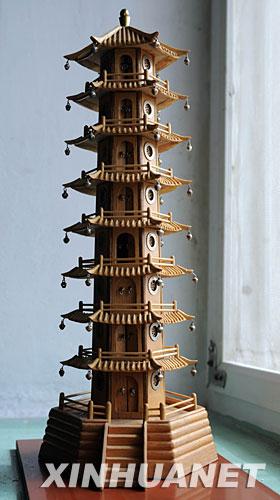 废旧材料制成精美木制建筑模型(组图)