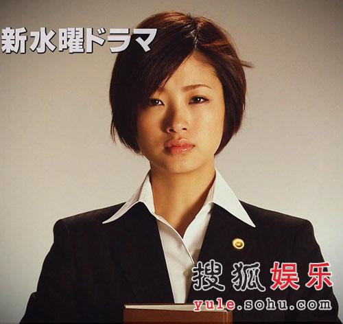 上户彩在新剧中的律师造型