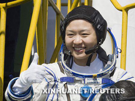 4月8日,在哈萨克斯坦的拜科努尔发射场,韩国首位女宇航员李素妍在升空前向记者们竖起大拇指。新华社/路透