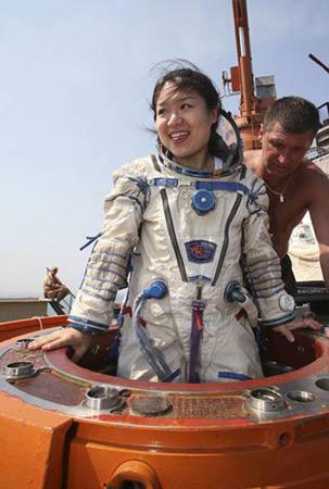 图为在俄罗斯太空训练基地进行培训的韩国女宇航员李素研 (图片来源:信息时报)