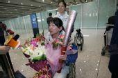 组图:感动国人的奥运火炬手金晶今日抵京