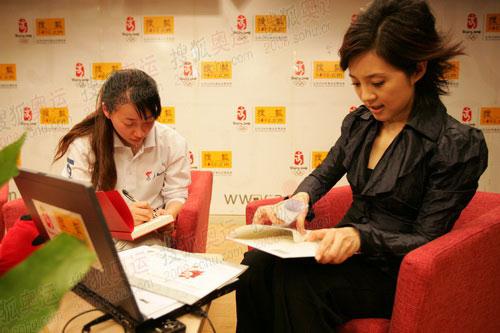 组图:金晶抵京做客搜狐 巧遇许戈辉被索要签名