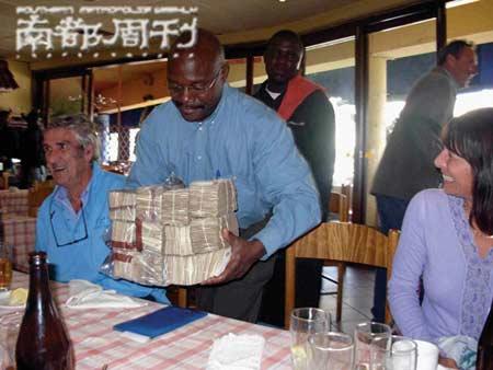 在津巴布韦餐馆吃完饭,结账时需要拿出成捆的钱。