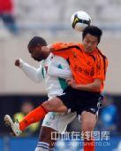 图文:[中超]辽宁1-0武汉 用绝招争顶头球