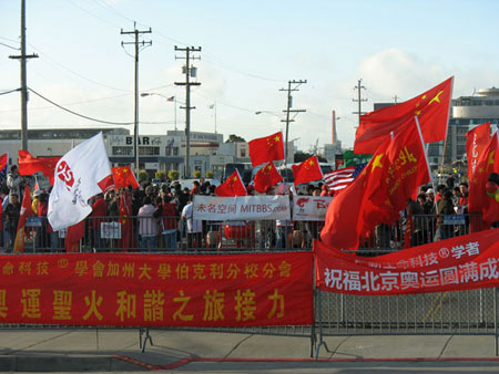 华人挥舞五星红旗力挺奥运