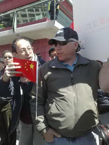当地华人质问捣乱者:知不知道西藏在哪儿?去过西藏吗?示威者无言以对