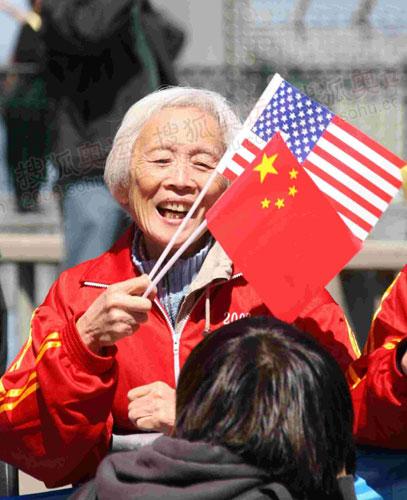 手拿国旗的中国老人