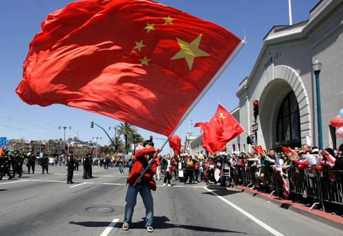 海外华人挥舞五星红旗