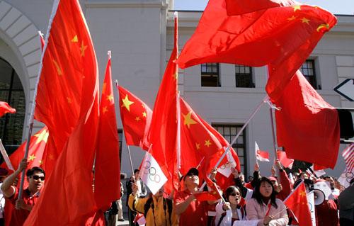 众多华人挥动五星红旗