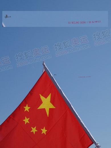 图片上部为飞机悬挂横幅:GO BEIJING CHINA GO OLYMPICS