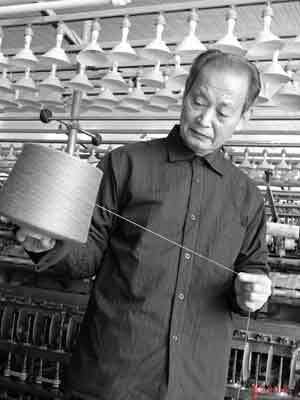 李宪章在自己的毛纺厂车间。