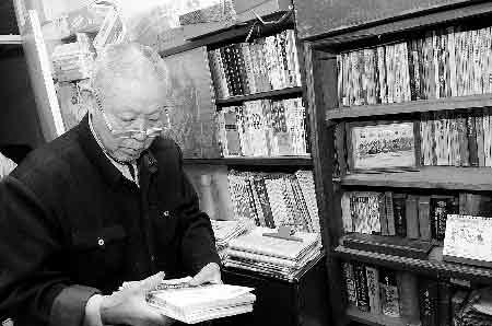 法律书摆满书架  商报记者 杨东华/摄