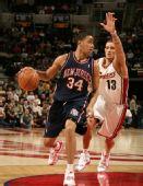 图文:[NBA]骑士胜篮网 哈里斯带球进攻