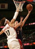 图文:[NBA]骑士胜篮网 纳赫巴上篮