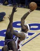 图文:[NBA]骑士胜篮网 詹姆斯强行投篮