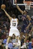 图文:[NBA]骑士胜篮网 韦斯特上篮