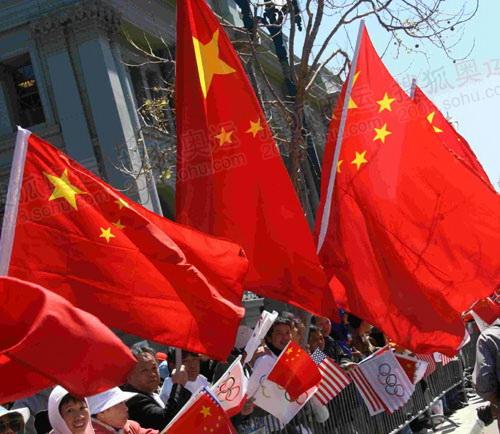 """""""中国红""""遍布旧金山 数万华人迎接火炬"""