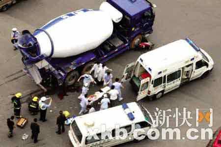 受伤女子被抬上救护车。