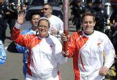 图文:北京奥运会火炬在旧金山传递 火炬手巴龙