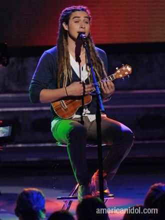 抱着小吉他的杰森·卡斯特罗