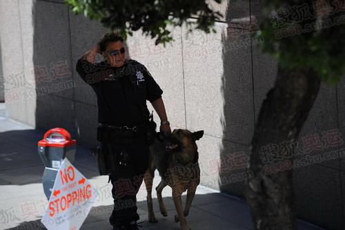 安保人员带警犬巡视