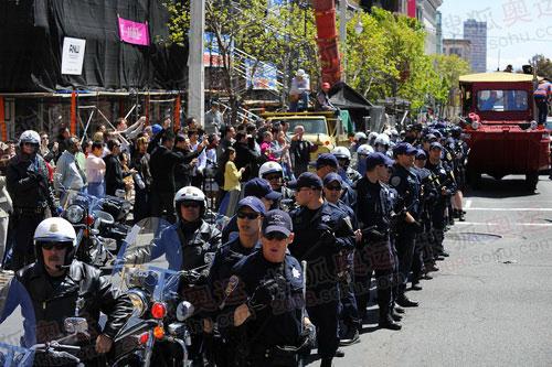 安保人员组成人墙