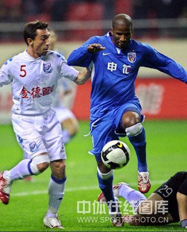 图文:[中超]上海2-0长沙 两队外援较量