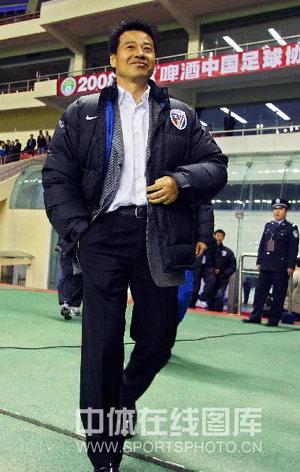 图文:[中超]上海2-0长沙 吴金贵满脸堆笑