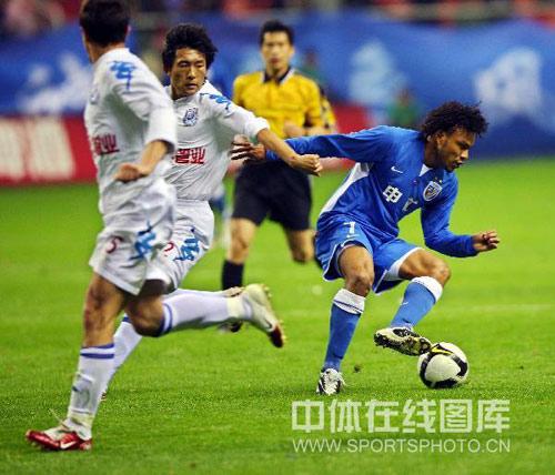 图文:[中超]上海2-0长沙 小马丁风驰电掣