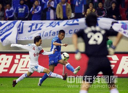 图文:[中超]上海2-0长沙 毛剑卿拔脚怒射