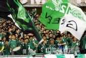 图文:[中超]浙江0-1成都 绿城球迷挥舞大旗