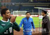 图文:[中超]浙江0-1成都 保安护卫绿城教练
