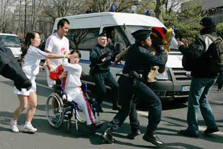 """金京,一名奥运火炬手,一名残疾人剑客,在轮椅上书写运动人生;在巴黎,她是第三棒火炬手,在极少数""""藏独""""分子动手干扰破坏圣火传递的时候,她用自己的行动捍卫了奥运圣火。"""