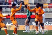 图文:[中超]天津1-1青岛 刘健与队友庆祝
