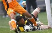 图文:[中超]天津1-1青岛 刘震理奋力扑救