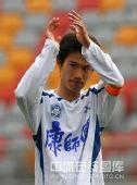 图文:[中超]天津1-1青岛 曹阳感谢球迷