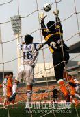 图文:[中超]天津1-1青岛 腾空而起摘球